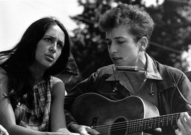 Joan Baez och  quot protests  229 ngaren quot  Bob Dylan under en    Mavis Staples Bob Dylan